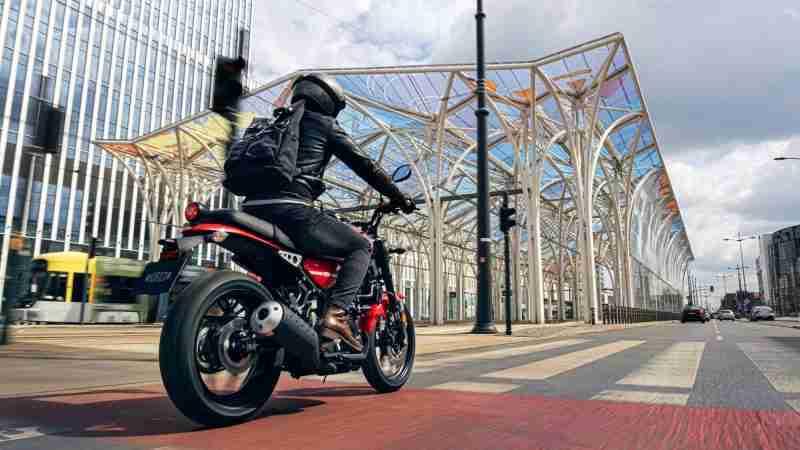 2021 Yamaha XSR125 riding back view