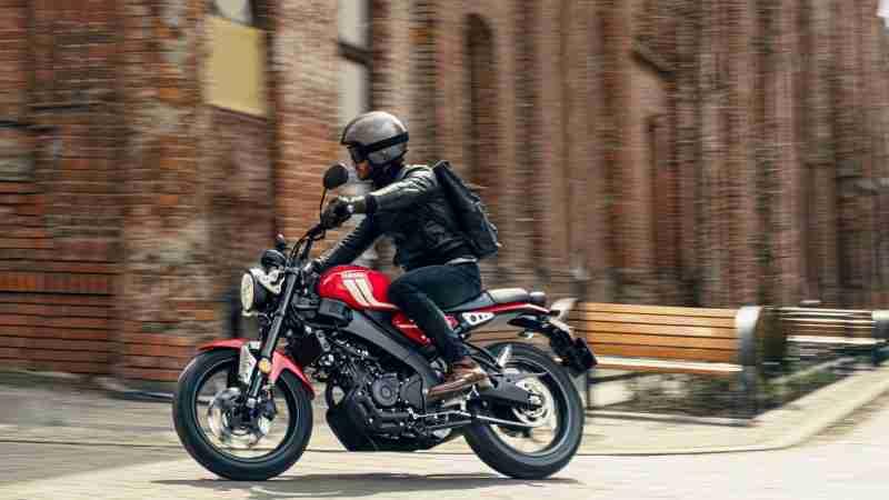 2021 Yamaha XSR125 riding