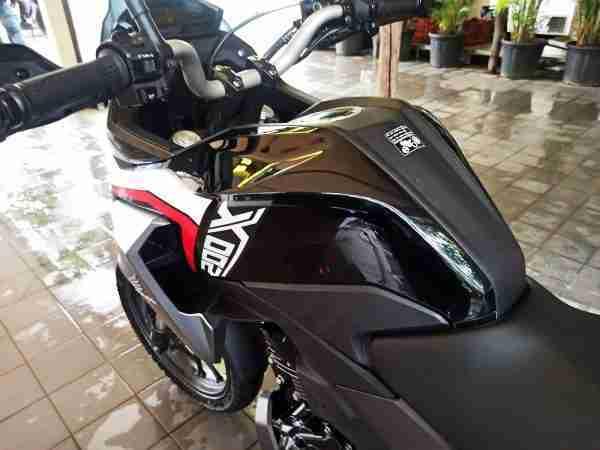 Honda CB200X tank